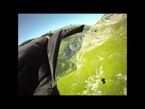 Jeb Corliss fait du base-jumping en wingsuit photo