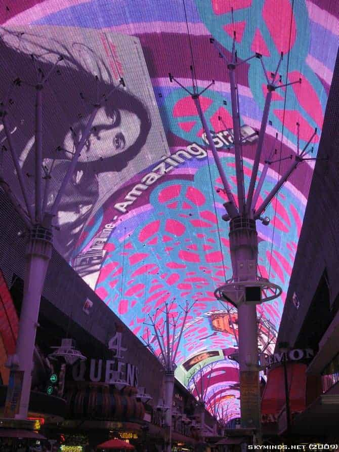 Las Vegas : the Fremont Street Experience - Summer of 69 photo 2